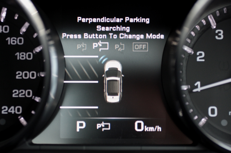 Park Assist, featuring automated parallel parking and parking exit, comes standard in this HSE variant.