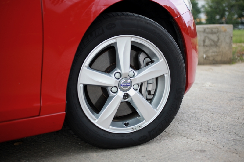 16-inch alloys wrapped in 205/55 R-16 Michelin rubbers come standard