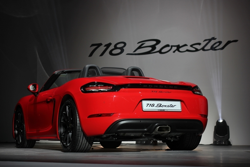 The tail lights now come with 3D LED technology, and are connected by an accent strip that integrates the Porsche badge.