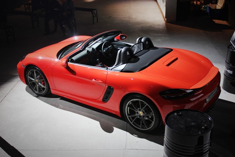 The convertible top can be opened and closed in 9 seconds at speeds of up to 50km/h.