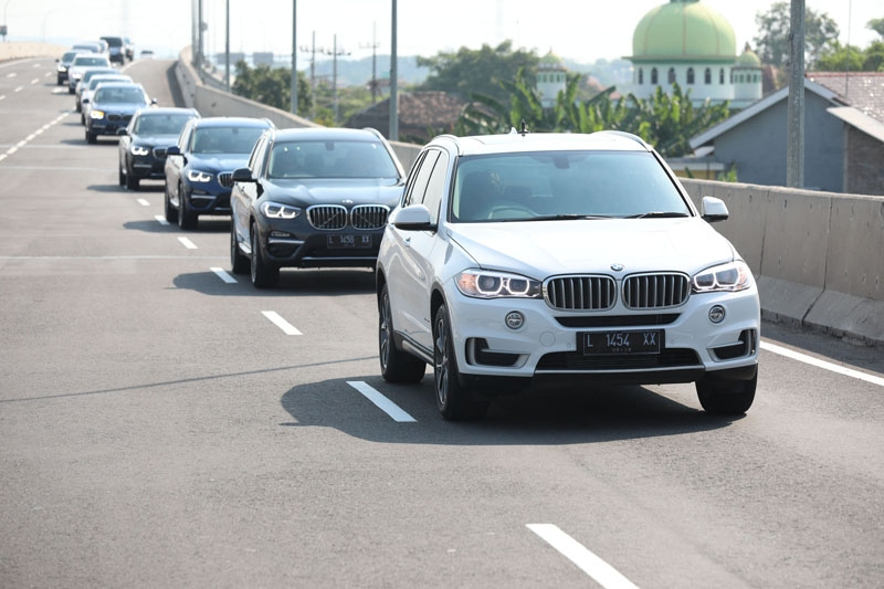The large X5 xDrive35i leading the convoy