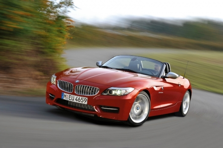 With appropriate optimization in engine technology, the maximum output of the 3.0-litre power unit is increased to 340 hp with peak torque at 450 Nm, increasing briefly with the Overboost function to 500 Nm. The outstanding power and performance of the BMW Z4 sDrive35is is expressed in particular by the significant increase in pulling power and muscle to be clearly experienced in all situations, accelerating from a standstill to 100 km/h in just 4.8 seconds.