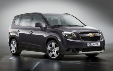 Based on the show car concept first seen at the Paris show in 2008, the Chevrolet Orlando is a vehicle designed for modern families, combining seven-seat practicality and interior flexibility with a crossover style design. Chevrolet's new compact MPV features a bold appearance with its low roof line and crossover inspired silhouette, while retaining the distinctive and recognizable Chevrolet 'global face' depicted by the split grille and bow-tie badge. The Orlando's low swept roof line is complemented by the muscular, protruding wheel-arches, housing 16, 17 or 18 inch wheels.