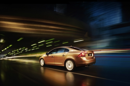 Virtually all the lines were penned to carve out the dynamic profile. The C-pillar of the all-new S60 stretches sensually all the way to the tail lamps, and the slim coupe-like roof line is accompanied by a new contour on the shoulders on either side of the lower body, creating a gentle yet powerful double wave from the headlamps at the front to the tail lamps at the rear. The dip in the middle of the double wave visually pushes the car down. This enhances the stance and makes the car look sleeker and lower. The sculpted bonnet and the short overhangs front and rear also emphasise the sports car feel.