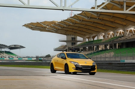 At Sepang International Circuit, the RS owners were guided by Denis Lian and other experienced instructors from Wearnes Motorsports in navigating their Renaults on the challenging track. Under the tutelage of these instructors, the RS owners can better understand their Renaults on the track as well as improve their handling of the cars.