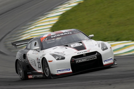 It was Tomas Enge who held the lead from pole position as the 22 car grid thundered along the main straight into the first corner. Everyone made it around the Senna S with Peter Dumbreck in the No. 23 Sumo Power Nissan GT-R holding onto the rear of the leading Aston Martin, while Clivio Piccione in the No. 10 Hexis Aston Martin was being pressurised by the No. 2 Vitaphone Maserati of Enrique Bernoldi, with the Brazilian sweeping into third place on lap 2. Starting from the back of the grid, the No. 5 Matech Ford of Richard Westbrook was on the move early on, moving up four places in the first three laps and a further three places by lap 9 in his attempt to get ahead of the No. 1 Vitaphone Maserati of Andrea Bertolini. Bertolini was holding a points scoring position in ninth place, which became 10th when he was passed by the Triple H Team Hegersport Maserati of Daniel Serra.