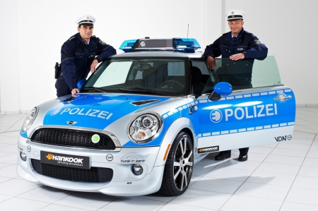AC Schnitzer, more than almost any other tuning specialist for the MINI brand, stands for individuality and safety. Consequently, the Aachen-based company has largely taken responsibility for the MINI and provided a uniquely spectacular campaign vehicle. The MINI E in Police Look was presented for the first time at the Essen Motor Show 2010 and has since appeared as a symbolic vehicle at numerous shows and tuning events. The BMW Group is the first manufacturer to apply the latest state of lithium ion technology in a totally electric powered vehicle. So the MINI E lives up to its name -