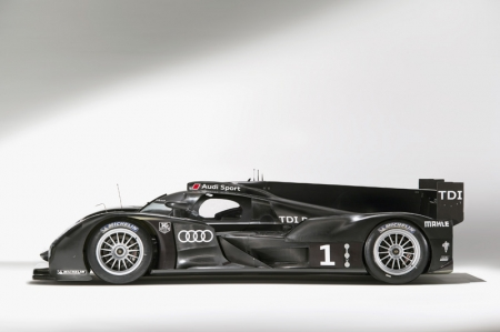 The chassis and aerodynamics package contains a lot of know-how from the R8, the R10 TDI and the R15 TDI, whereas the fitting of identically sized front
