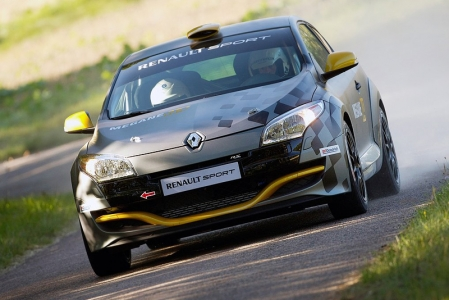 Under the bonnet, the performance of the 2.0-litre 16V turbo engine has been enhanced with an optimised electronic engine control system. Despite regulatory restrictions, the Mégane Renaultsport N4's engine puts out 265hp and torque of 470 Nm. It is linked to a five-speed H-pattern gearbox, developed specifically for this purpose. On the strength of its experience in the field, Renault Sport Technologies has sought to design an innovative, reliable and high-performance package that also takes on board the notion of cost control at every stage of development. The intention is to make Renault Mégane RS N4 accessible to all drivers, and be both easy to handle and economical to run. Like all of the vehicles in its rally range, Mégane Renaultsport N4 is to be sold by Renault Sport Technologies in the form of a kit comprising all the specific parts.