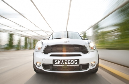 Being heavier and taller, the Countryman unlike its normal Cooper sibling does not possess a go-kart like drive. Instead, it feels more like a sporty sedan. The steering is noticeably heavy at low speeds but it is quick and gives a good amount of feedback on the road once you get going at higher speeds. For more demanding drivers, hitting the sports button increases the steering effort and slightly sharper throttle response. However, body roll is not very pronounced in the corners, and it has brakes that feel very progressive.