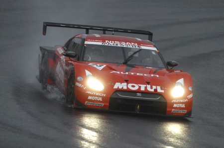 Among these, Ito (No. 6) was running at the fastest pace and gradually closing what was initially a 16-second gap between him and Motoyama (No. 23). It looked as if Ito would eventually take the lead if that pace continued, but with about ten laps remaining the rain began falling harder and forming puddles on the track that made conditions treacherous. Cars began spinning out and running off the track. Seeing this, the Clerk of the course ordered the red flag out at the end of lap 60 to stop the race. Eventually it was decided to end the competition at this point, making the running order at the end of lap 59 the final finishing order. This gave the victory to the No. 23 MOTUL AUTECH GT-R (Satoshi Motoyama/Benoit Treluyer). Finishing seconnd was the No. 6 ENEOS SUSTINA SC430 (Daisuke Ito/Kazuya Oshima), while third went to the No. 19 WedsSport ADVAN SC430 (Tatsuya Kataoka/Seiji Ara).