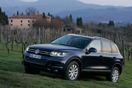 Both power plants are mated to an eight speed automatic transmission that is designed for towing and offroad use. The Touareg Hybrid reaches a top speed of 240 km/h and accelerates to 100 km/h in just 6.5 seconds. A 1.7-kWh nickel metal hydride (Ni-MH) battery pack now sits in the spare tyre well and packs enough energy to drive the Touareg up to two kilometres. The battery is kept at an optimum operating temperature with two fans and a duct that leads to the interior ventilation system.
