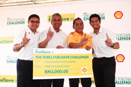 "Encik Azman Ismail, Managing Director of Shell Malaysia Trading Sdn Bhd and Shell Timur Sdn Bhd who hosted the event said, ""Nowadays, more and more motorists are looking for ways to cut back on spending without compromising their lifestyle. Enriched with Shell Efficiency Improver, Shell FuelSave 95 is formulated to help motorists save up to one litre of fuel per tank. It is a lifestyle enabler which helps Malaysians stretch their ringgit. Motorists can now go further at no extra cost."" He added, ""In addition to providing the best quality fuels, Shell is also committed to educating motoring communities to be more fuel efficient. The Shell FuelSave Challenge, which depicts real city driving conditions, aims to demonstrate just how far Malaysian motorists can go with Shell FuelSave 95, accompanied with simple and practical Shell FuelSave tips."""
