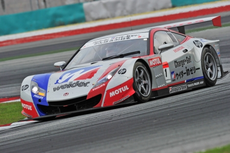 Into the race, the leading Weider HSC-010 and S Road Mola GTR opened up a big gap between the rest of the pack, with a gap that varied from lap to lap. The action however, was behind the leaders as two HSV-010's (Keihin #17 and Arta #8) battled for the final podium position. Andre Lotterer in the Petronas Tom'S SC430 was fighting for sixth place, only to be held back by the GT-R's straight line speeds.