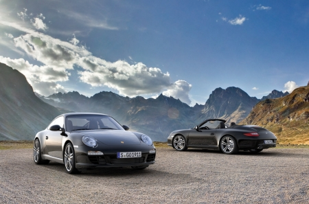 The car comes in plain black as standard, with basalt black metallic also available as an option. The Cabrio hood is principally of black cloth. In addition, the 19 inch 911 Turbo II rims provide an unobstructed view of the brakes, naturally with black, four-piston aluminium monobloc fixed callipers. The grey top-tint in the windscreen is standard in the 911 Black Edition, rounding off the overall impression on a harmonious note.