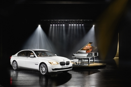 For its official premiere in Singapore, the BMW Individual 7 Series Composition inspired by Steinway & Sons will be presented in two perfectly coordinated colour variants. Both the exterior and the interior design are modelled on the colours of the piano keyboard and its contrast between black and white. At the same time, the paint finish - which comes in a choice of black or white - and upholstery and surface materials are the result of a design and build quality that is unique worldwide and has been developed explicitly for this special edition. Adding an even more exclusive touch, precise highlight details complete the sophisticated appearance.