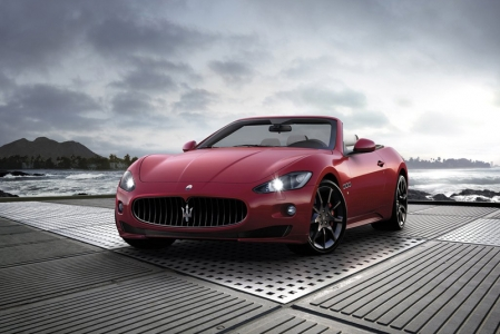 Visually, the Maserati GranCabrio Sport is characterized by a more-pronounced dynamic look. This look begins with the GranCabrio's distinctive nose and continues with a host of small, perfectly integrated changes throughout the body and the interior.