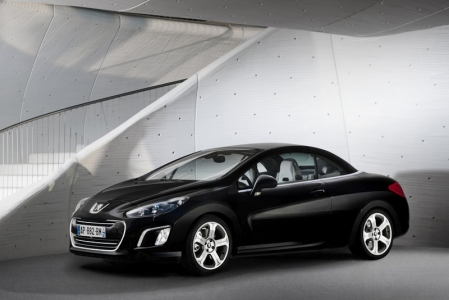 The refurbished Peugeot 308 CC sports a refined exterior, outfitted with a smaller front grille and piano black front bumper finish. Equipped with energy-saving LED Daytime Running Lights and Automatic Swivelling Xenon Headlights, the front headlights are set in black housing and the foglights of the new 308 CC have been redesigned for a sportier look.