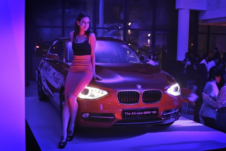 The body of the new BMW 1 Series is 85 millimetres longer than its predecessor at 4,324 millimetres, while the wheelbase has widened by 30 millimetres to 2,690 millimetres. The car also looks more powerful because its overall width has increased by 17 millimetres to 1,765 millimetres, while its height remains unchanged at 1,421 millimetres. The rear seats have 21 millimetres more legroom, and the luggage compartment has expanded by 30 litres to 360 litres.