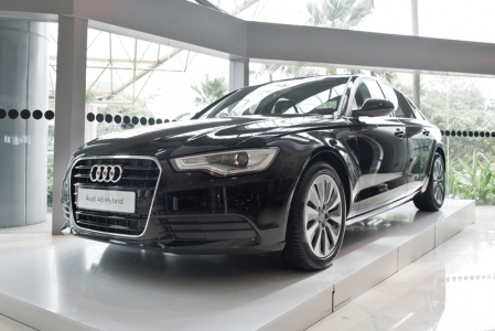 The Audi A6 hybrid can drive at up to 100 km/h purely on electric power and has a range of three kilometers at a constant 60 km/h. It can also drive using the combustion engine alone or in hybrid mode. 
