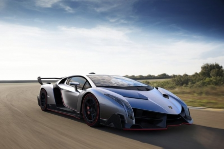 Now, I can bet with you that Lamborghini would like to be known as the manufacturer that makes wild supercars again. At the Geneva Motor Show, they made sure that that nickname stuck by launching the Lamborghini Veneno. Underneath the radically styled carbonfibre body, lie the chassis and the running gear of the Aventador.