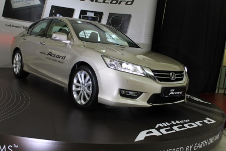 With that, the new Accord's focus is definitely on comfort and refinement. Even though the overall dimensions have shrunk slightly compared to the old one (90 and 25mm shorter in length and wheelbase respectively), interior space is claimed to have grown, particularly in terms of legroom and boot space. The cabin features a full colour 8-in touchscreen display for the 16GB audio and navigation system, Bluetooth functions, and reverse camera. There is also an Active Noise Control system that emits background sounds at certain frequencies via the speakers to cancel out engine and road noise.