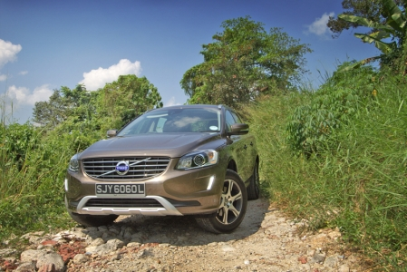 The facelift for the XC60 really is just that — a slight refinement of its aesthetics while leaving the mechanicals untouched. Compared to the old model, most of the changes have been made to the front end: the headlamp cluster is now a single unit, the grille is wider and has been de-chromed, and DRLs have been installed. The entire body is also now shorn of all black plastic cladding, reflecting the fact that this car's home is on the blacktop, not the rough stuff.