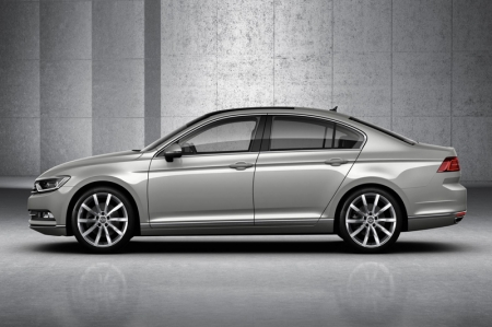 At 4,767 mm long, the saloon is two millimetres shorter than the previous model, while the wheelbase is 79 mm longer at 2,791 mm and therefore the body overhangs significantly shorter. At the same time, the Passat is 14 mm lower at 1,456 mm, and 12 mm wider at 1,832 mm.