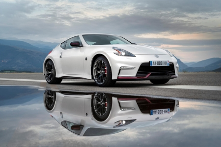 The front bumper has been completely redesigned and features a larger air intake, additional air inlets ahead of the wheel arch and new LED daytime running lights. Other updates include the introduction of black headlamp bezels, special red Nismo trim at the base of the bumper, redesigned side sill and door mirror and special Nismo badging. The revised 370Z Nismo also features new 19-inch Rays alloy wheels finished in black and silver.