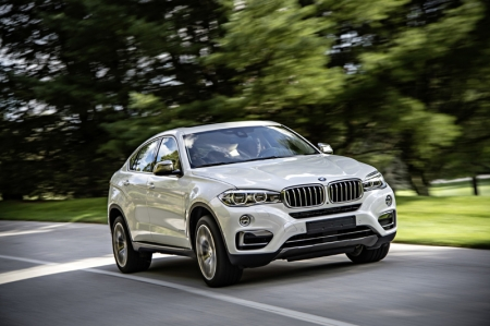 The latest version of the 4.4-litre engine at the heart of the X6 xDrive50i increases the predecessor model's maximum output by 10 percent, to 450 bhp (+43 bhp), yet posts a 22 percent drop in average fuel consumption. The engine's suite of BMW TwinPower Turbo technology now welcomes Valvetronic variable valve timing alongside its two turbochargers and High Precision Direct Petrol Injection, endowing the eight-cylinder engine with improved responsiveness and pulling power and also giving it extra efficiency.
