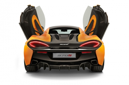 The intricately designed dihedral doors, a McLaren design signature since the iconic F1, possess a three dimensional form including a 'floating' door tendon which houses a discreet door button. This unique feature divides the airflow, channelling it into the side intakes and underneath the flying buttresses. This architectural structure ensures drag is minimised along the profile of the 570S, while also optimising levels of cooling and downforce.
