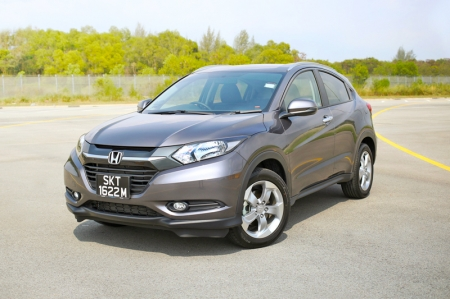 The car we have here today is the highest specced HR-V LX Premium. The car looks great from afar. Even up close, the rakish lines and abundance of curves do the HR-V lots of favours in the image department. Trendy and modern-looking, the HR-V is a really striking SUV, much like the first generation HR-V that was launched here some 15 years ago. Unlike the first HR-V though, the new one doesn't come in a 3-door variant. However, it has combined the look by having a concealed rear door handle like the Alfa Romeo 156, 147 and more recently, the Giulietta (the new Civic hatchback will have them too).
