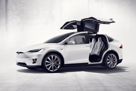 This practicality is a result of clever packaging. Without the need to contend with gearboxes or fuel tanks, the model X is blessed with more space than any of its gasoline rivals can muster, with seven seats and two luggage compartments which should be more than sufficient for family trips. The theme of practicality continues with rear
