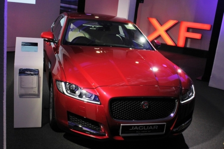 The new XF is part two of Jaguar's current three-pronged product offensive aimed at capturing sales from Ze Germans; first there was the compact XE sedan which we reviewed earlier, and early in 2016 will see the arrival of the F-Pace, Jaguar's first SUV. Already the results are showing: in just three months since its launch in September, the XE has already accounted for 20% of total Jaguar sales in Singapore! This tripartite group is important for Jaguar also because it debuts a number of advanced technologies that will sustain the company's products in the near future.