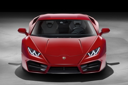 Weight distribution is set to 40% at the front / 60% at the rear, reducing inertia on the front axle. An entirely new power management set-up, along with modified suspension, new steering set-up and recalibrated stability and traction controls, connects the driver as directly as possible with the road. The selectable Lamborghini driving modes Strada, Sport and Corsa are tuned to provide oversteering characteristics, emphasizing authentic rear-wheel drive behavior.