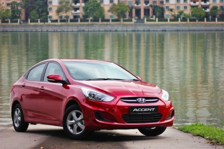 This is certainly the case with the Hyundai Accent, one of the cheapest new cars you can buy today. It may have a bargain basement price (relatively speaking; you still have to pay for COE after all), but you certainly won't be scraping the bottom of the proverbial barrel if you had one. More importantly – for us at least – an Accent in this spec ensures exclusivity that supercars can only dream of, for one glorious reason: peer into the footwell and you'll see a weird 3rd pedal on the left; grab the gearlever and you'll notice it can move from side to side in addition to back and forth, and has numbers etched into the top. Yup, this humble little sedan has a manual transmission, something not even Ferrari offers these days!