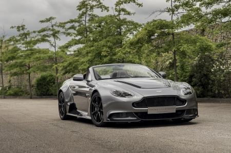Conceived and delivered within a nine-month period, the Vantage GT12 Roadster draws its origins from the Vantage GT12 Coupe, with a tuned version of the brand's 6.0-litre normally aspirated V12 engine mated to a seven-speed Sportshift III paddle-shift transmission. Technical highlights include magnesium inlet manifolds with revised geometry, a lightweight magnesium torque tube and a full titanium exhaust system.