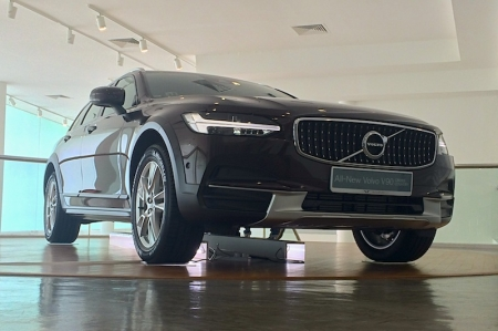 Equipped with All-Wheel Drive, an optimised chassis and an increased ground clearance of 63.5 mm compared to the standard Volvo V90, the All-New Volvo V90 Cross Country improves off-road capability; it can perform in all sorts of road conditions, from muddy tracks to long distance highway driving.