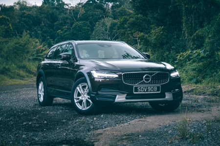 It's good-looking. Yes, on the note of being handsome and sleek, the beefier V90 has chiselled looks that are well-proportioned without being overly flashy. The lovely hammer-shaped LED headlamps and matte black fender linings all add to the subtle yet aggressive presence of the car.