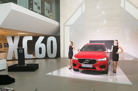 Following recently launched models in the top-of-the-line '90' range such as the S90 and V90, the XC60 is the fourth model based on Volvo's in-house developed SPA (Scalable Product Architecture) vehicle platform. The SPA platform is said to enable significant improvements when offering protection in worst-case scenarios, and when creating innovative features that support the driver in avoiding accidents.
