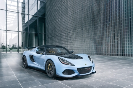 This latest addition to the Exige range packs the advanced chassis, suspension and powertrain set-up from its more powerful stablemate, the track focused Exige Cup 430, with a recalibrated engine producing 410 hp at 7,000 rpm and 420 Nm on tap from 3,000 rpm to 7,000 rpm. The high-performance 3.5-litre, supercharged and charge cooled V6 engine, combined with a dry weight of just 1,054 kg, delivers a class-leading power to weight ratio of 389 hp per tonne; this also makes the Exige Sport 410 the lightest V6 Exige ever.