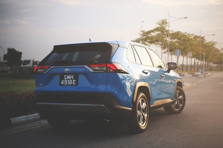The new one however, may just change things around. The handsome rugged looks of the new RAV4 is the first thing that buyers will appreciate. From the side, it has hints of the semi wagon-like Subaru XV, while the wheel arches have a rectangular design, borrowed from the likes of the Jeep Cherokee.