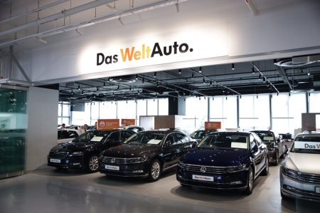 "'Das WeltAuto', literally translated to mean ""The World Car"" is a global Volkswagen (VW) approved used car initiative operating in VW dealerships worldwide. This initiative aims to provide owners with peace of mind and a one-stop solution when shopping for a pre-loved Volkswagen. In the future, Das WeltAuto will also include pre-loved  ŠKODA vehicles. In Singapore, the newly opened Das WeltAuto showroom is located strategically at Leng Kee AutoPoint, beside Volkswagen and ŠKODA Centre Singapore. This arrangement unites the group brands. The result of this synergy is Das WeltAuto's ability to offer competitive trade-in deals without compromising Aftersales support. Every Das WeltAuto vehicle receives a stringent 115-point inspection, one of the most extensive we've come across for pre-owned programmes. We are also pleased to discover that Das WeltAuto accepts only used vehicles with an excellent, accident-free servicing record. With the assurance of 100% genuine parts when it comes to parts replacement and a minimum 12 months warranty, customers can be confident that their Das WeltAuto pride is bona fide!"