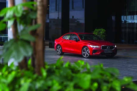 That's where the S60 T8 R-Design comes in. It's the most powerful Volvo you can buy today, with the sort of on-paper figures that might give warm sports saloons like the Audi S4, BMW M340i, and Mercedes-AMG C43 a right old scare: 402hp, 640Nm of torque and 0-100km/h in 4.4 seconds.   Except, the S60 doesn't follow your traditional sports saloon recipe. It's a plug-in hybrid you see, which means a twin-charged 315hp 2.0-litre engine driving the front wheels, and an 87hp electric motor powering the rears. And that, I'm afraid, is the S60's undoing as a performance car.